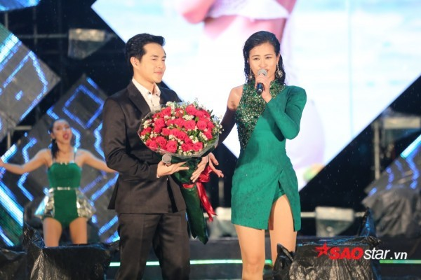 Tại một sự kiện hồi tháng 8/2017, Ông Cao Thắng khiến fan thích thú khi không chỉ tặng hoa hồng…