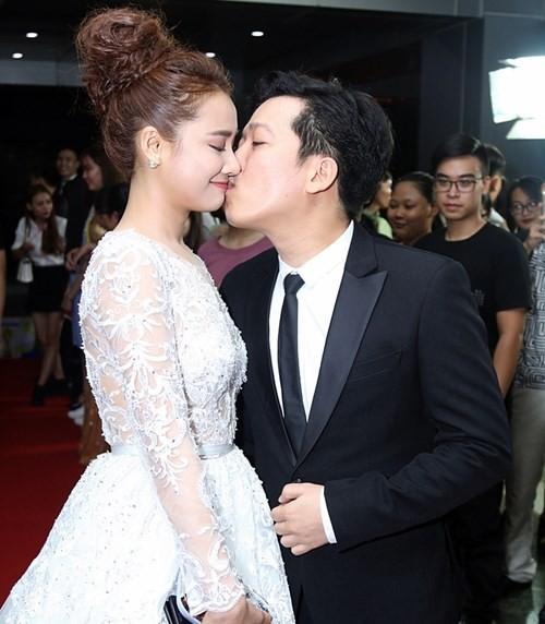 Trước đó, Trường Giang gây sốt khi hôn Nhã Phương trên thảm đỏ.