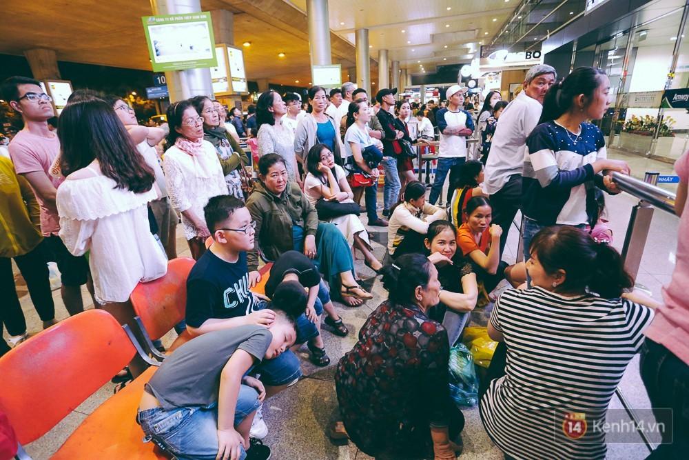 Người lớn và trẻ em vật vờ từ trên ghế đến sàn nhà. Ảnh: Trí thức trẻ