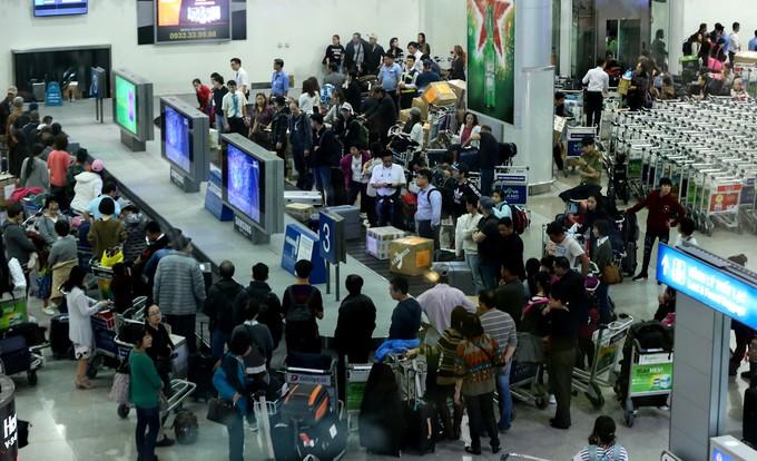 Theo nhân viên sân bay, ngày cuối năm vào lúc trưa và gần đêm là khoảng thời gian các chuyến bay quốc tế hạ cánh tấp nập nhất. Ảnh: VnExpress