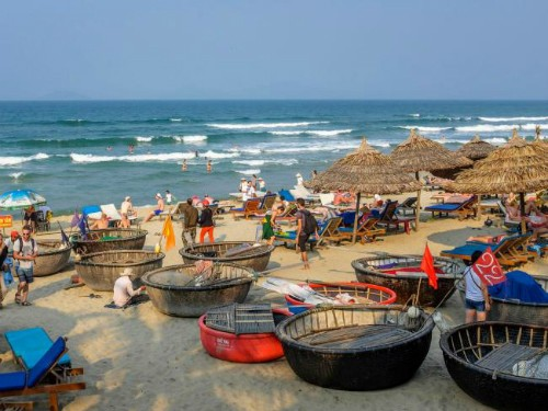 Các bãi biển ở Việt Nam thường thu hút sự yêu thích của nhiều khách Tây nhờ phong cảnh đẹp, nước trong xanh. Ảnh: Alamy.