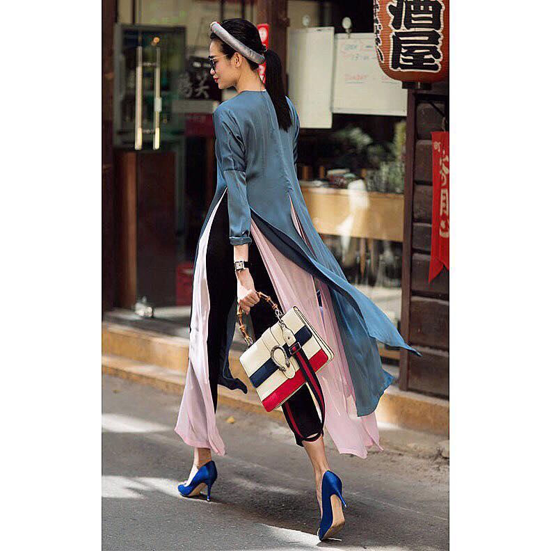 """Trong khi đó nếu có """"điều kiện"""" các nàng đừng ngần ngại chọn cho mình những chiếc túi xách hàng hiệu phối cùng áo dài để có vẻ ngoài cực sành điệu như mộtfashionista chính hiệu nhé."""