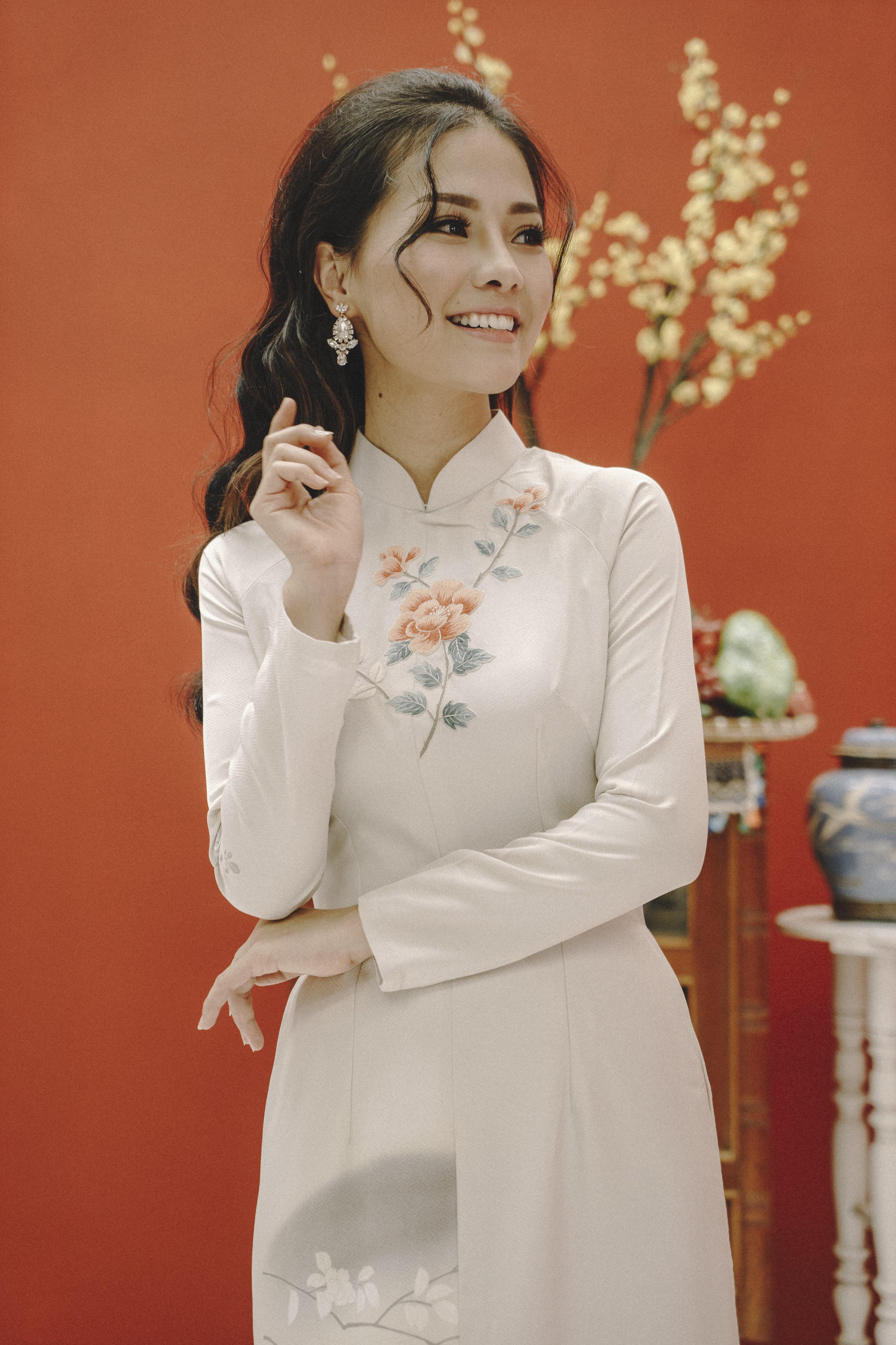 Những chiếc hoa tai đính đá lấp lánh sẽ giúp các nàng nổi bật hơn nhiều dù có mặc một chiếc áo dài cực kì đơn giản đi chăng nữa.