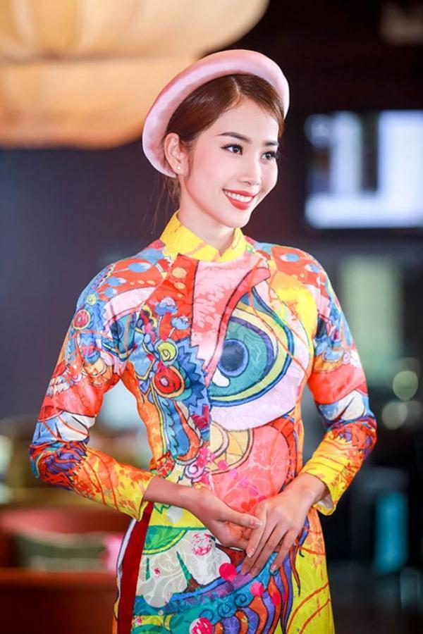 Với các nàng thích sự hiện đại, tươi trẻ nhưng lại còn lưu luyến chút truyền thống thì chiếc mấn đội đầu chắc chắn sẽ là một trong những phụ kiện không thể thiếu trong dịp diện áo dài những ngày xuân sang.