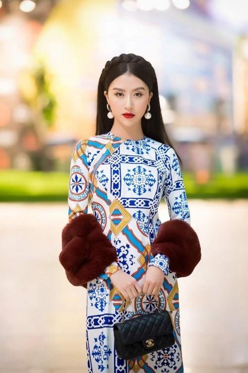 Muốn trẻ trung hơn thì những chiếc hoa tai với các hình dáng lạ mắt sẽ là lựa chọn giúp các cô gái trông thật sành điệu trong tà áo dài truyền thống.