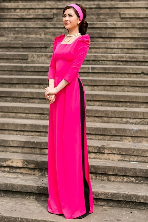 Chọn băng đô cùng màu với áo dài là một trong những lựa chọn đơn giản nhất mà không phải lo sến sẩm hay mắc lỗi phối màu.