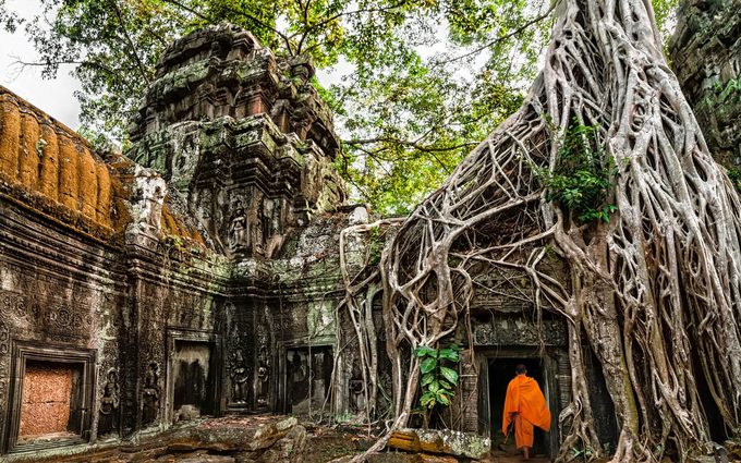 Siem Reap, CampuchiaSiem Reap là thành phố đầy sắc màu, có sự pha trộn của mới và cũ. Nơi nổi tiếng nhất mà ai tới đây cũng không thể bỏ qua là quần thể đền tháp Angkor. Khu vực này như một khu triển lãm khổng lồ thu hút lượng lớn du khách hàng năm. Du khách đến không chỉ tìm hiểu lịch sử mà còn có thể quan sát đời sống các nhà sư, ngắm bình minh và hoàng hôn rực rỡ trên những mái đền rêu phong…