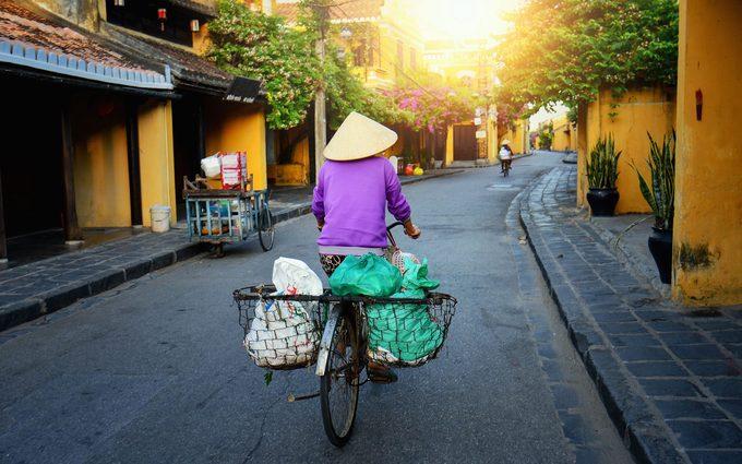 Hội An, Việt NamNằm ở khoảng giữa vùng duyên hải miền trung Việt Nam, Hội An lại như một thế giới khác hẳn. Không như Hà Nội hay Sài Gòn là những nơi chật kín xe máy, Hội An thanh bình và mang nhiều vẻ đẹp văn hóa hòa trộn từ Pháp, Nhật Bản cho tới Trung Quốc. Dừng chân ở một quán trà hay hiệu may truyền thống, du khách đều có thể cảm nhận được không gian phố cổ với những ngôi nhà quét ve vàng, nằm dọc sông Thu Bồn. Ôtô và xe máy không được lưu thông trong trung tâm phố cổ vào một số khung giờ, vì thế du khách chỉ có thể khám phá bằng cách đi bộ hoặc đạp xe.