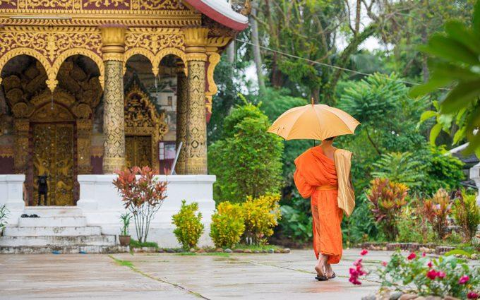 Luang Prabang, LàoThành phố quyến rũ nhất của Lào mang nhiều nét lãng mạn Đông Dương, thể hiện ở từng ngọn tháp đền chùa, các ngôi nhà kiến trúc thuộc địa, hay hàng chục ngôi đền được UNESCO gìn giữ. Luang Prabang còn là một thành phố cổ ven sông, bao quanh là những ngôi nhà tranh, khu nghỉ dưỡng, quán cà phê…