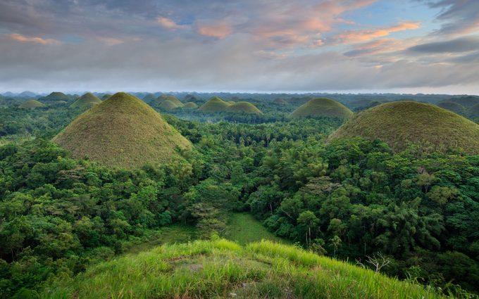 Bohol, PhilippinesNằm ở trung tâm Philippines, vùng đất Visaya là điểm đến hấp dẫn bậc nhất đất nước vạn đảo. Nơi này cũng có những cảnh hoàng hôn, cảnh biển tương tự Palawan, bầu trời đẹp như Boracay. Tuy nhiên, điều làm nên nét riêng của Bohol là những cánh rừng rậm thấp, các ngọn đồi Chocolate chính là các mô đất cao dốc như ngọn kim tự tháp Ai Cập.