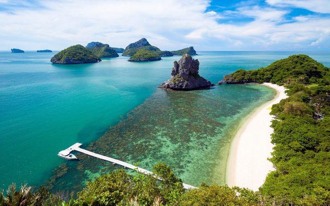 Ko Samui, Thái LanHòn đảo Koh Samui hấp dẫn du khách bởi cát trắng mịn, nước xanh trong như ngọc, những rặng dừa yên bình và cả các resort 5 sao. Hãy tới miền nam đảo để tìm hiểu đời sống làng chài, hoặc chèo thuyền nhẹ nhàng khám phá các núi đá vôi ở Vườn quốc gia Ang Thong.