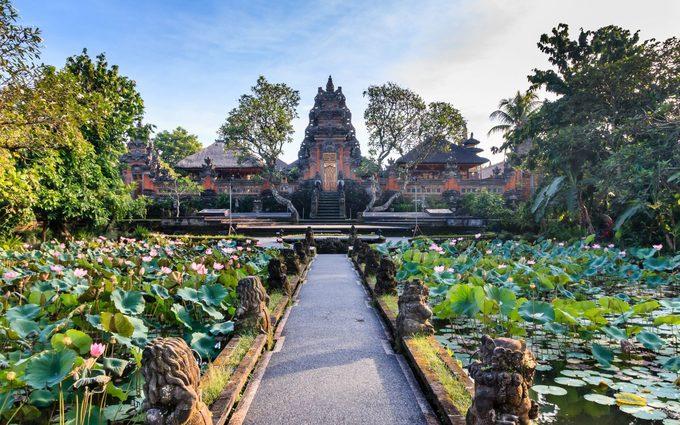 Bali, IndonesiaBali có nhiều khu nghỉ dưỡng, khách sạn cao cấp, quán cà phê, bar để du khách tụ tập, tận hưởng cuộc sống địa phương. Tuy nhiên, biển và rừng mới là những nơi hấp dẫn hơn cả. Bờ biển Bali nổi tiếng với những bãi như Kuta, Padang Padang, hay Uluwatu, rừng và những thửa ruộng bậc thang phải nhắc tới Ubud.