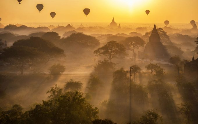 Bagan, MyanmarBagan là vùng đất được bao trùm bởi bề dày lịch sử, nơi đây được thành lập từ thế kỷ 2 gần Mandalay. Bagan sở hữu tới hơn 10.000 ngôi đền, chùa nhưng hiện chỉ còn khoảng 2.200 công trình cổ. Du khách có thể thưởng ngoạn vẻ đẹp của cố đô này từ trên cao khi chọn đi khinh khí cầu cùng các dịch vụ ăn uống sang trọng đi kèm.
