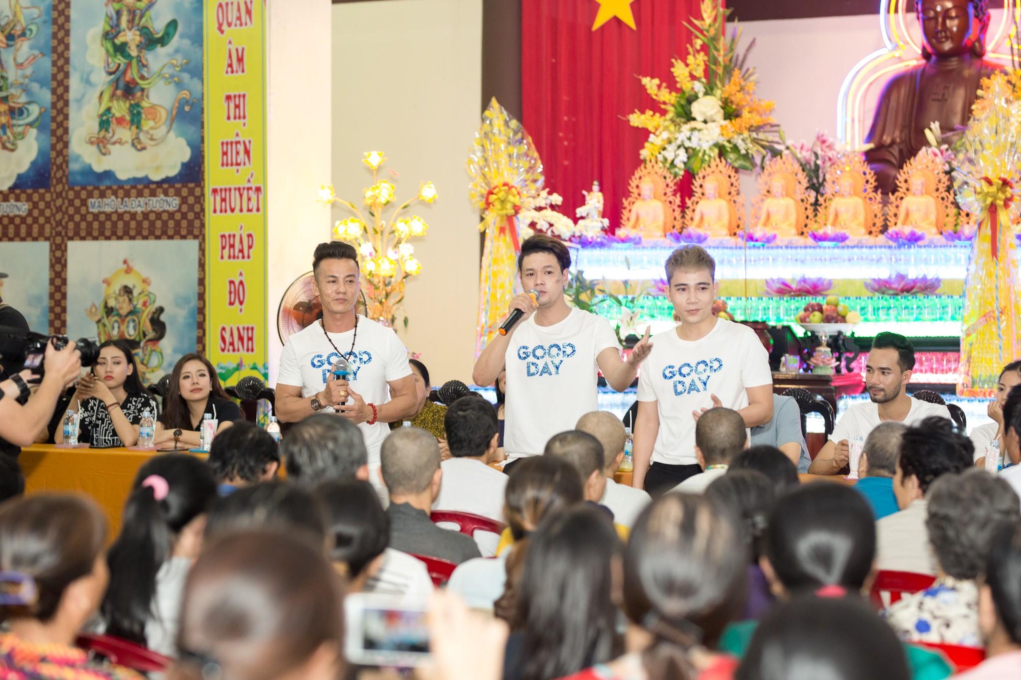 Như Quỳnh - Quang Lê tranh thủ đi từ thiện cùng các học trò trước Tết Nguyên đán