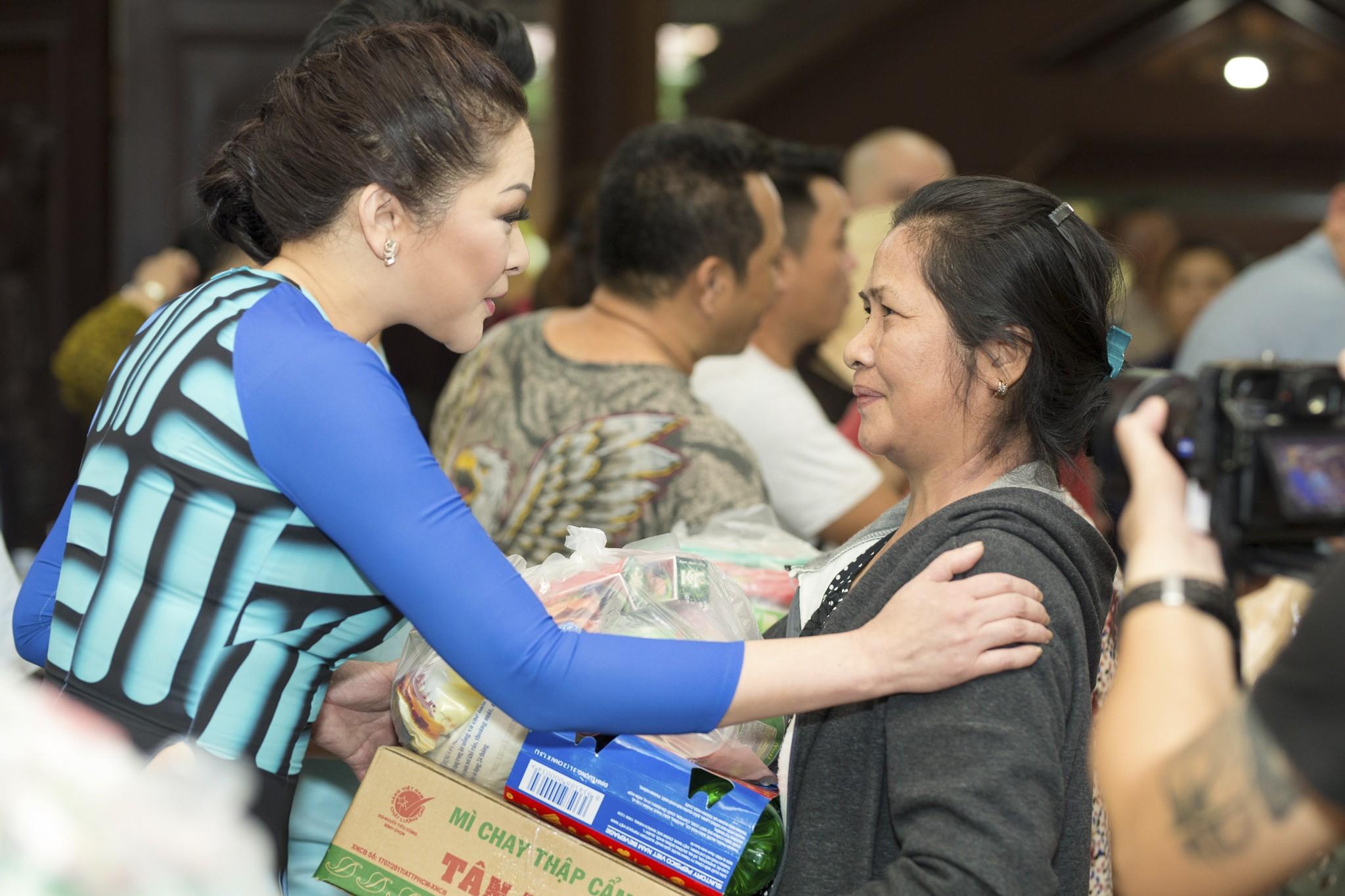 HLV Như Quỳnh đến thăm hỏi từng người dân có mặt tại buổi từ thiện.