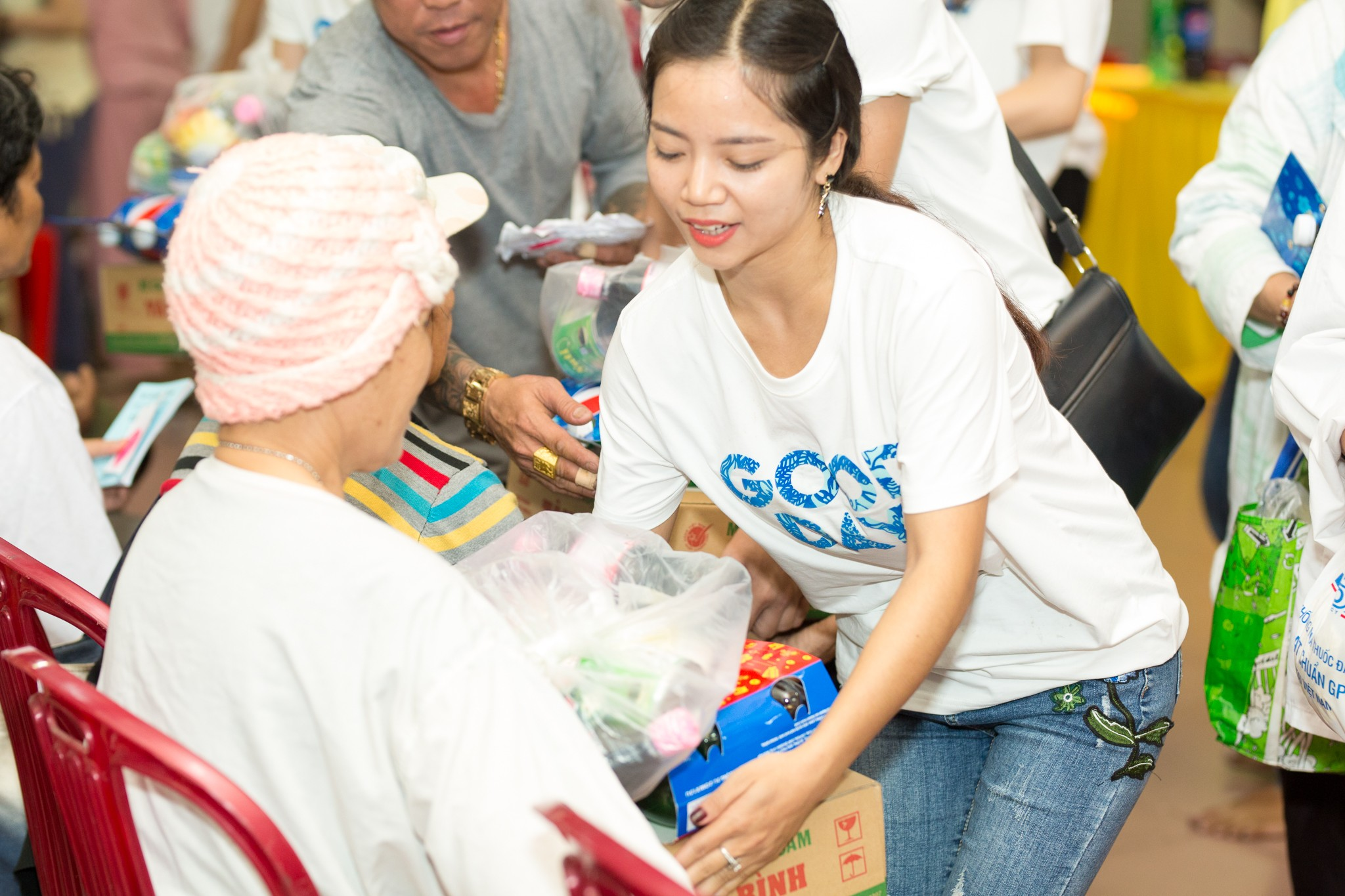 Hoàng Hải - thí sinh đội HLV Như Quỳnh chung tay trao những phần quà ý nghĩa cho những người có hoàn cảnh khó khăn.