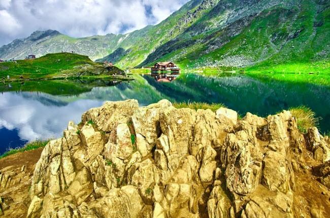 Romania: Đất nước này được coi là nơi gặp nhau giữa thực tế và thần tiên, với nhiều địa điểm để khám phá như hang động Scarisoara, công viên Astra, đường Transfagarasan, lâu đài cổ Peles, nghĩa trang Merry, núi lửa bùn,…