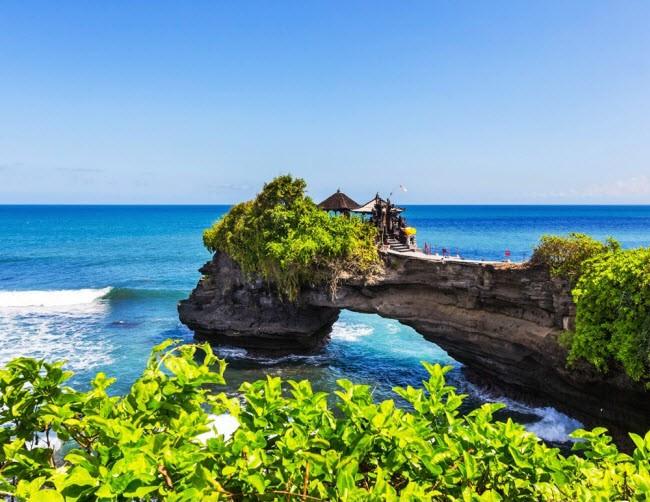 Bali, Indonesia: Địa điểm này đầy những điều kỳ diệu. Du khách có thể trải nghiệm cảm xúc khó quên tại công viên Butterfly, vườn bách thảo Tirtagangga gần núi Batukaru, đền Tirta Empul, thác Sekumpul, ruộng bậc thang và bãi biển đẹp.