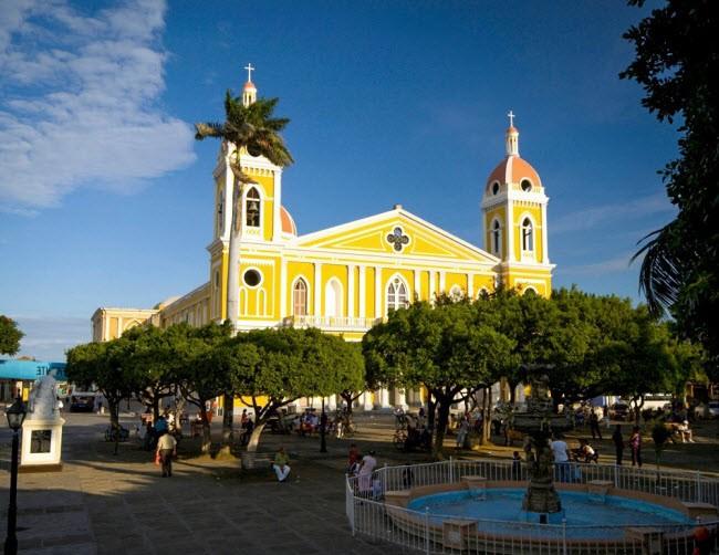 Nicaragua: Nếu đi du lịch khu vực Trung Mỹ, du khách sẽ không cảm thấy hối tiếc khi mua vé tới Nicaragua. Đất nước này nổi tiếng với phong cảnh đẹp, kiến trúc độc đáo và chi phí cực rẻ.