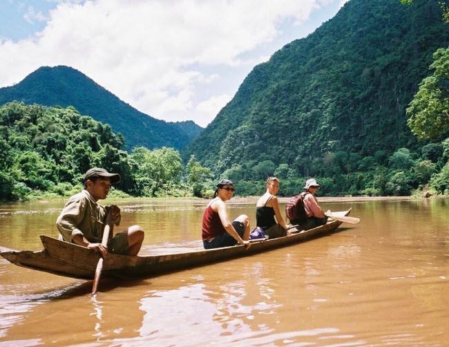 Lào: Nơi đây nổi tiếng với thiên nhiên đẹp là kỳ. Du khách có thể lựa chọn những tour du lịch sinh thái tới rừng Bokeo, cao nguyên Bolaven và các dòng sông cũng như dãy núi có phong cảnh đẹp.