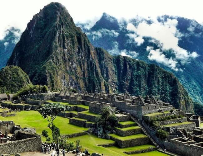 Peru: Địa điểm du lịch nổi tiếng nhất ở đây là Machu Picchu, thành phố cổ của người Inca. Ngoài ra, du khách có thể khám phá hồ Titicaca, thác Gocta, phong cảnh thành phố Arequipa, rừng Amazon và ốc đảo Huacachina.