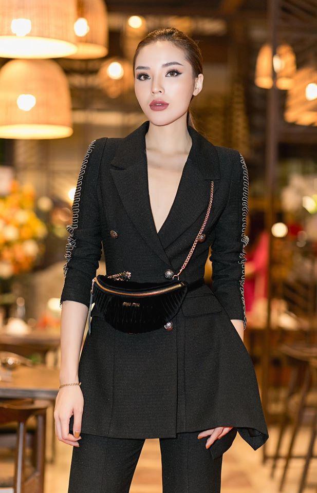 Trong sự kiện mới đây, Kỳ Duyên xuất hiện với chiếc túi Miumiu đeo hông sành điệu. Chiếc túi nhỏ xinh này cũng có giá hơn 20 triệu đồng.