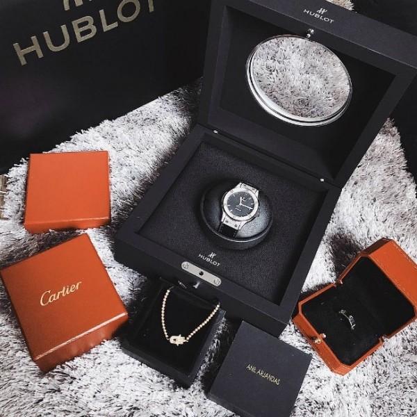 Dạo gần đây, Kỳ Duyên mua sắm cực kỳ mạnh tay khi tậu đồ mới liên tục. Chiếc đồng hồ Hublot này Duyên mới tậu về có giá khoảng trên dưới 400 triệu đồng.