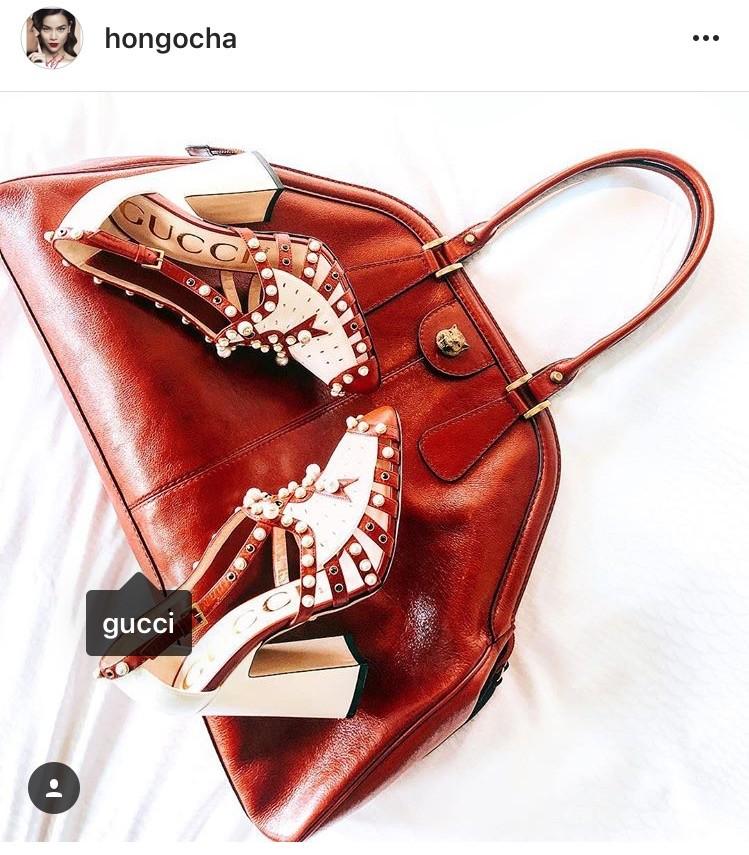 """Hồ Ngọc Hà cũng vừa khoe món đồ hiệu """"nóng hổi"""" mà cô vừa tậu gồm túi và giầy Gucci. Chiếc túi nằm mới ra mắt này có giá từ 54 đến xấp xỉ 70 triệu tùy kích cỡ. Đôi giầy gắn ngọc trai đẹp mắt của Hà Hồ có giá"""