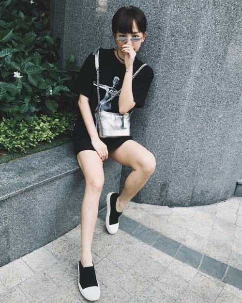 Âm thâm nhưng kho đồ hiệu của Tóc Tiên cũng rất đáng nể. Trong outfit đơn giản chỉ có quần short jeans và áo thun nhưng phụ kiện của Tiên sử dụng cực chất. Cô nàng đeo túi Chanel Gabrielle, sneaker của Rick Owen, kính Gentle Monster.