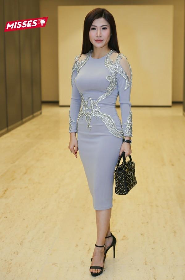 Hoa hậu Doanh nhân Hoàn vũ 2017 Lâm Hải Vi lại mắc lỗi chọn trang phục và phụ kiện không liên quan. Chiếc túi Dior sang trọng bị phá hoàn toàn khi đi chung với chiếc váy ôm đính hạt có phần cũ kỹ, quê mùa.