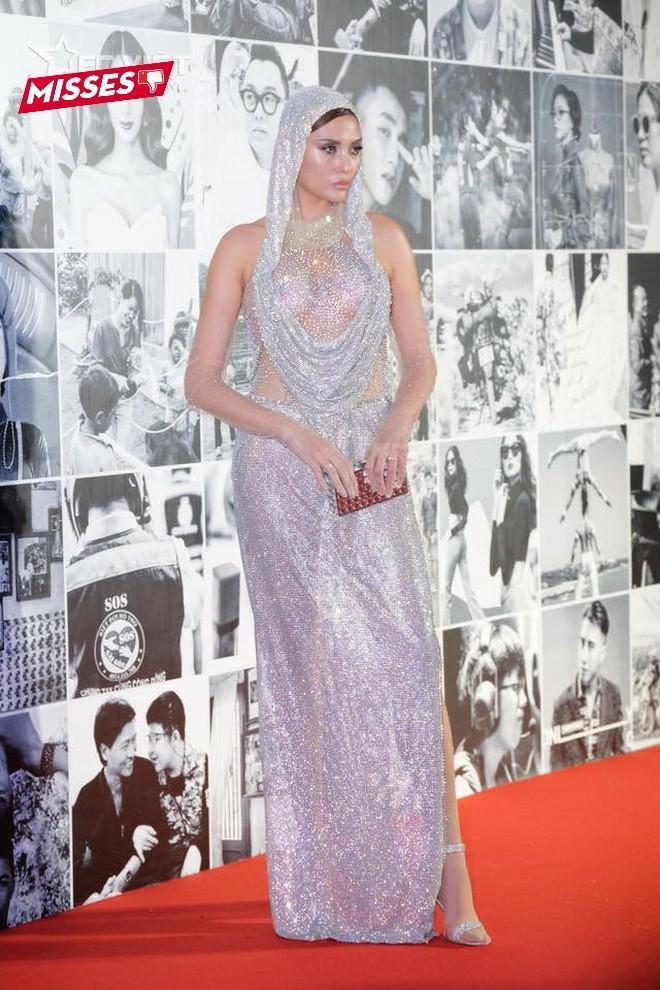 """Võ Hoàng Yến cũng là một người đẹp showbiz không thể bỏ qua xu hướng váy trùm đầu. Tuy nhiên, thiết kế lấp lánh cùng các chi tiết xuyên thấu lại vô tình khiến vóc dáng siêu mẫu của cô trở nên """"vạm vỡ""""."""