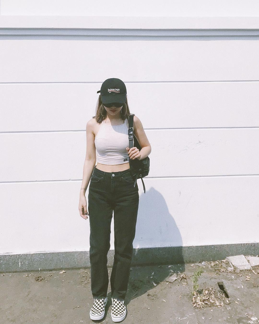 Hot girl Nga Wendy phối cả set đồ với trật tự màu sắc khá thông minh: nón đen, croptop trắng, jeans đen và giày caro trắng đen.