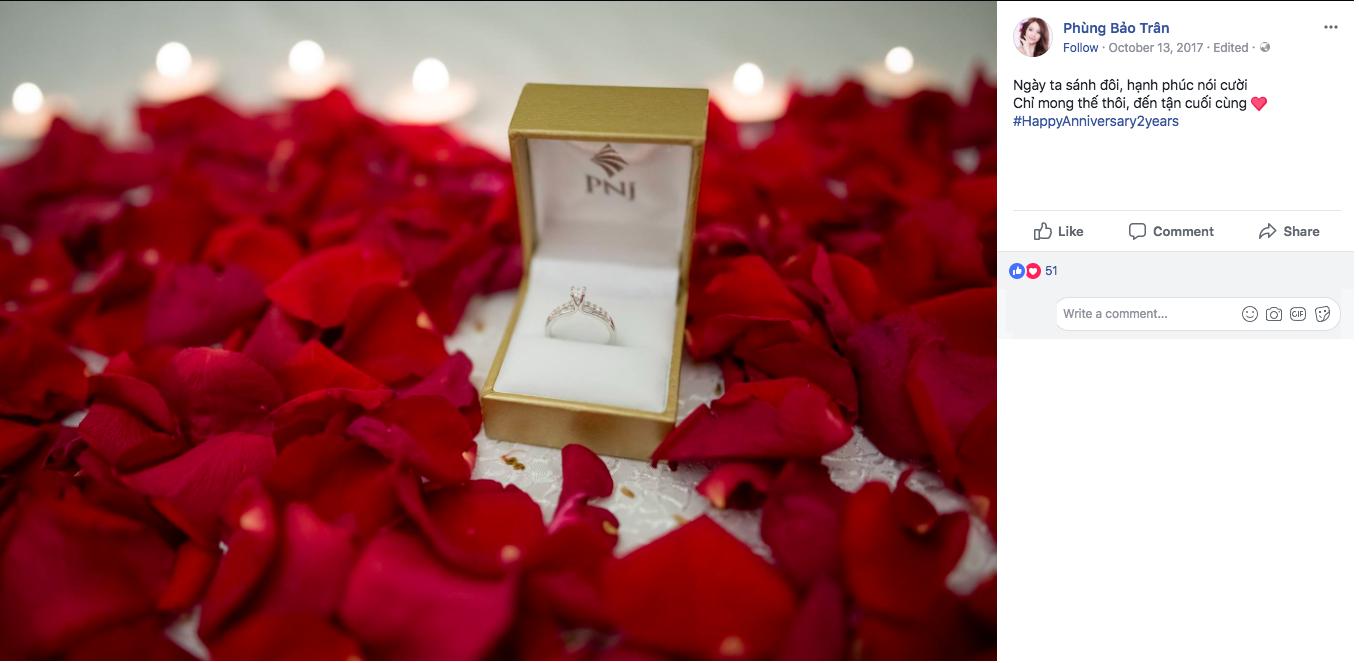 … cùng với đó là chiếc nhẫn kim cương - minh chứng cho tình yêu vĩnh cửu của chàng cầu thủ.