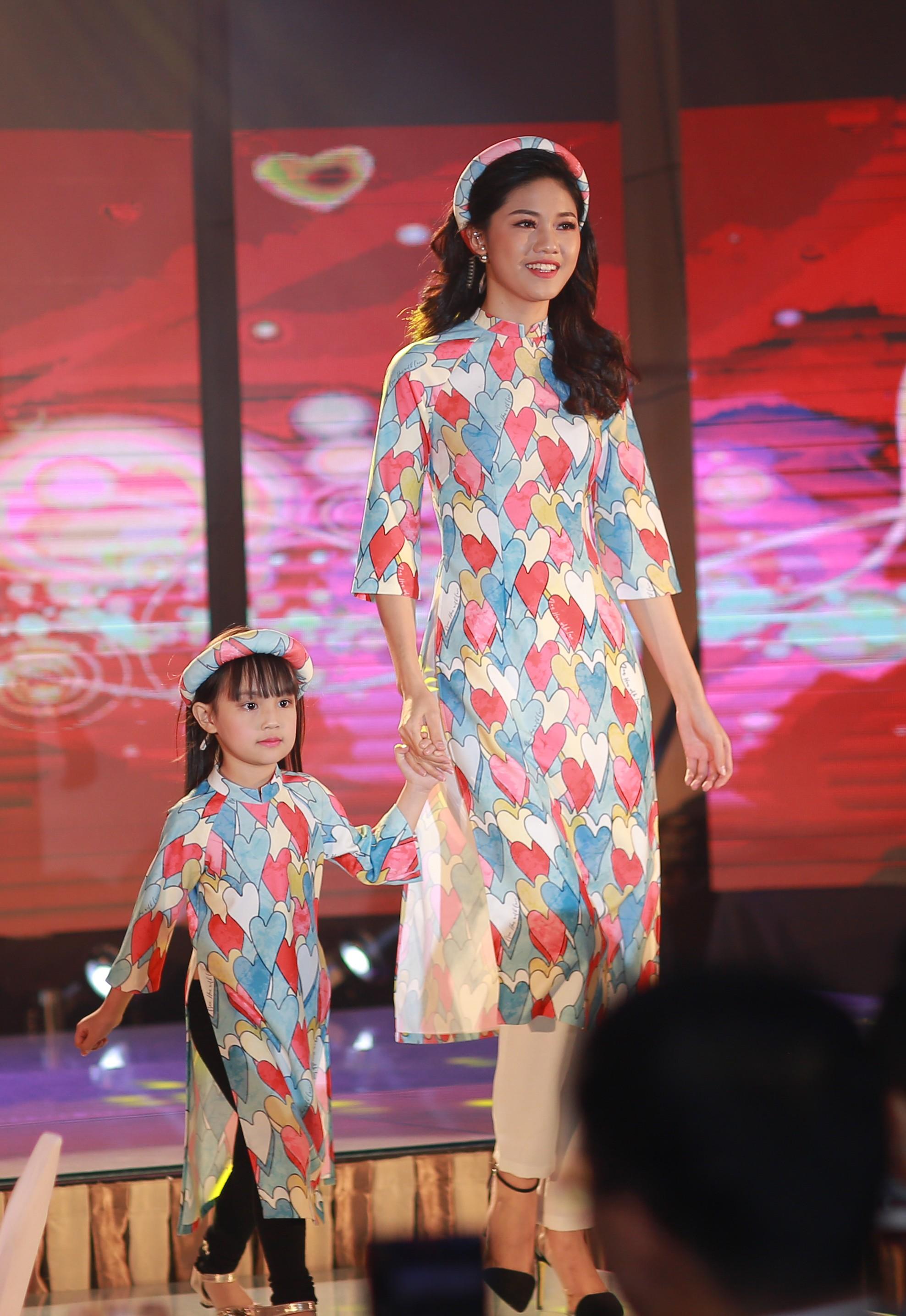 Ngoài ra, chương trình còn có sự tham gia của á hậu Thanh Tú.