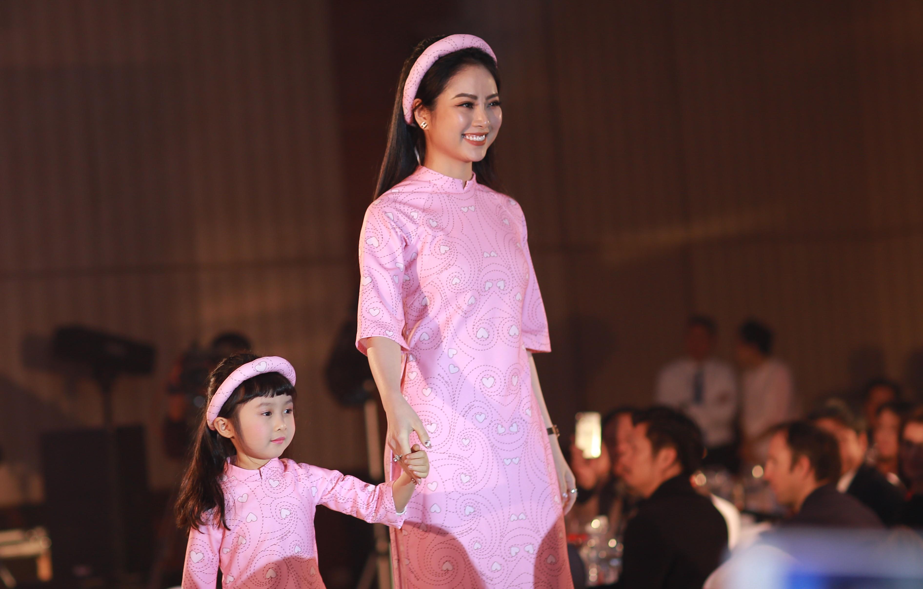 Diễn viên Lan Hương thể hiện tà áo dài màu hồng nhẹ nhàng in họa tiết trái tim.