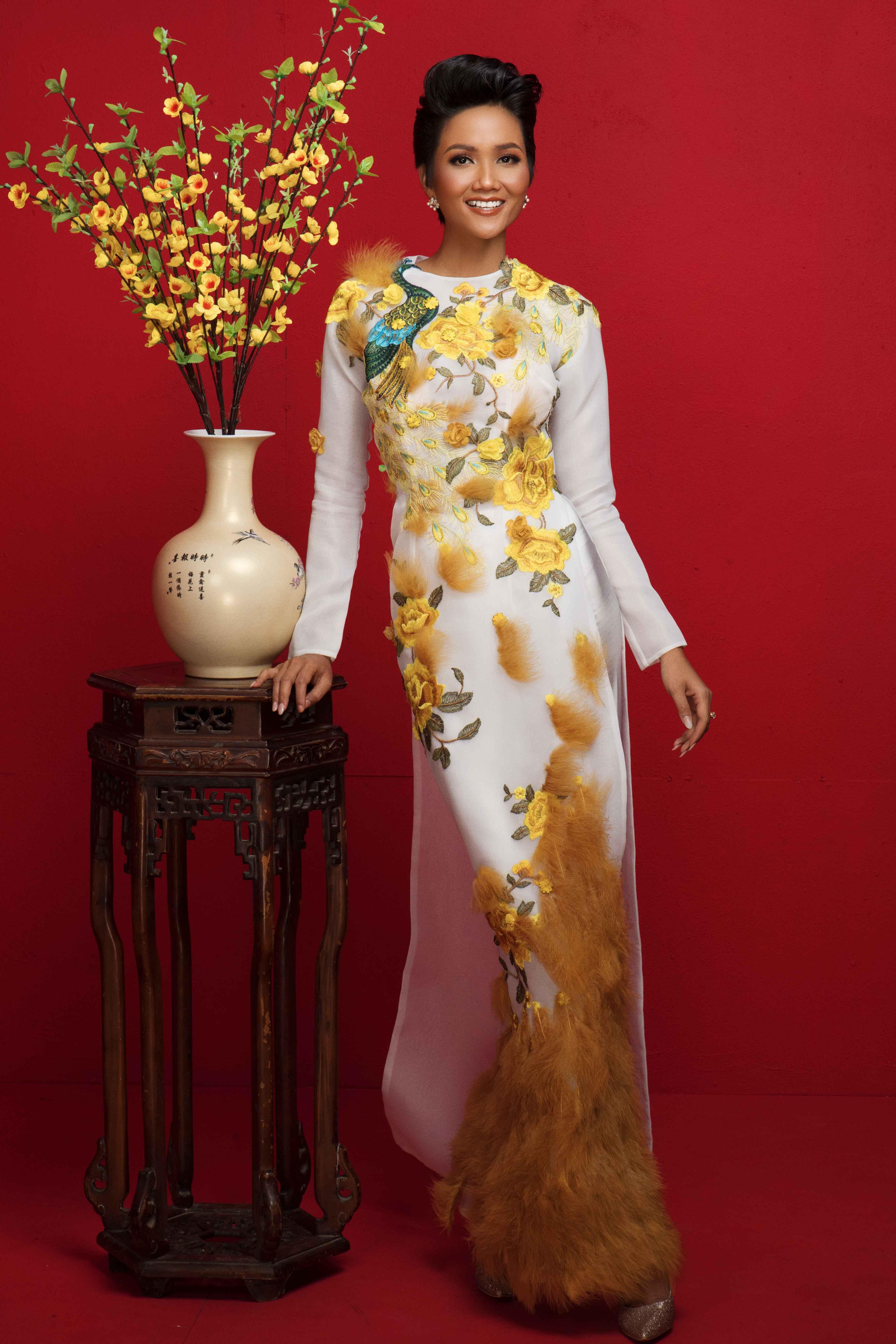 Đương kim hoa hậu diện một thiết kế áo dài được đính kết lông vũ sang trọng. Nhân dịp năm mới, H'Hen Niê cũng gửi lời chúc An Khang Thịnh Vượng đến mọi người.