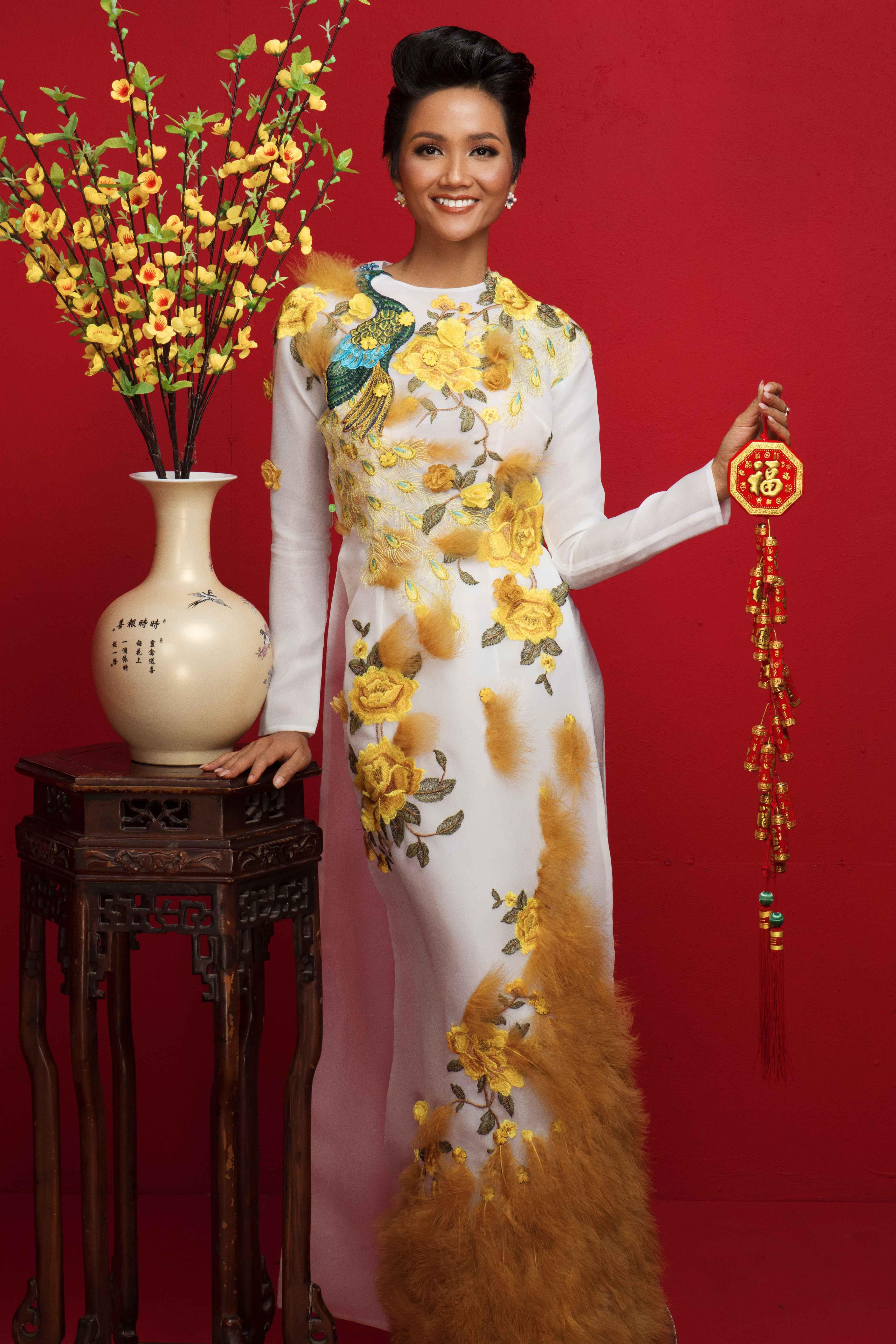 Nhắc đến ngày Tết thì không thể thiếu hình ảnh của tà áo dài truyền thống Việt Nam, vì vậycác người đẹp khoác lên người những bộ áo dài duyên dáng của nhà thiết kế Thủy Nguyễn.
