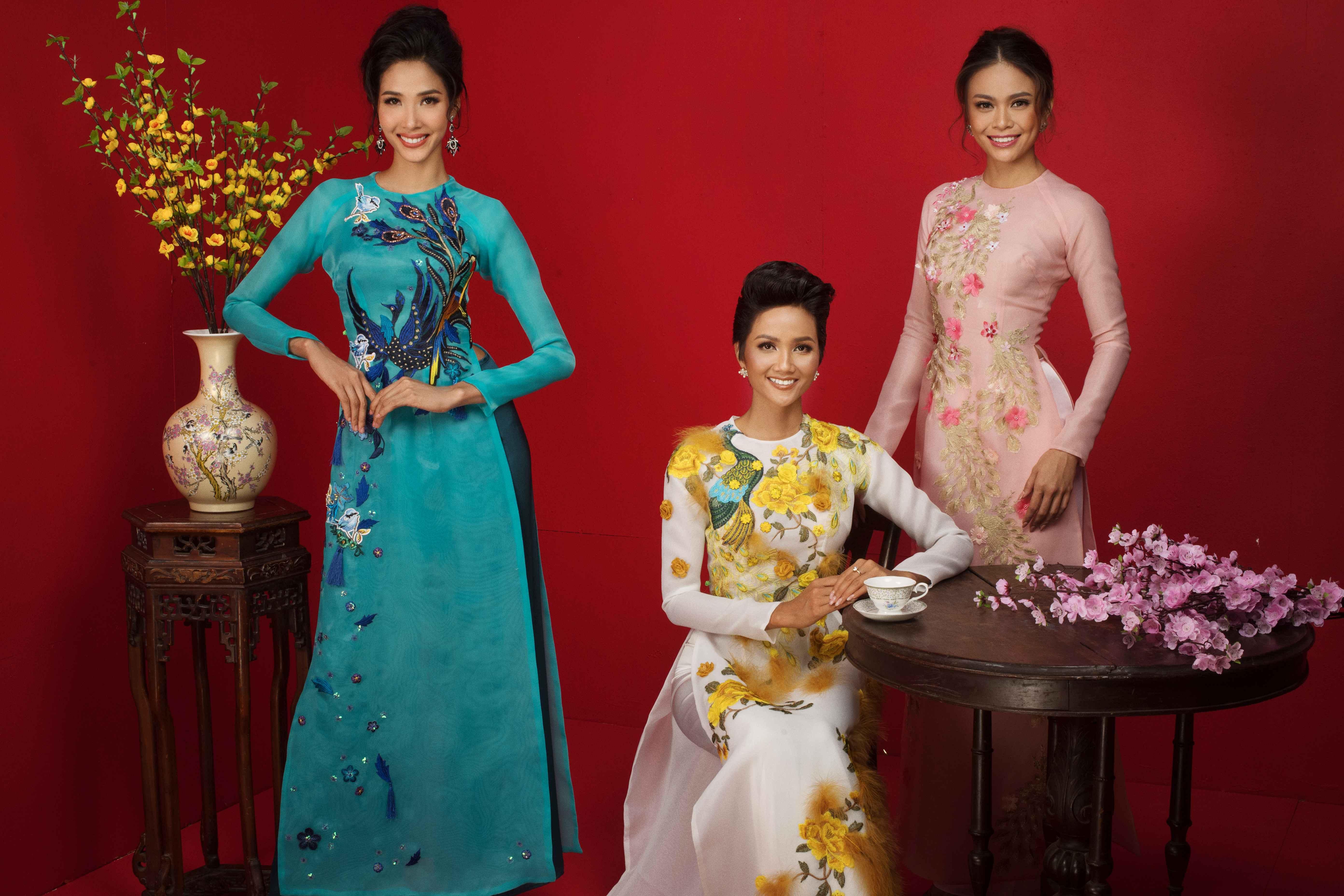 Cả ba cô gái đều gây ấn tượng với phong cách thời trang lộng lẫy với những chiếc áo dài màu sắc tươi sáng tượng trưng cho ngày Tết cổ truyền của dân tộc.