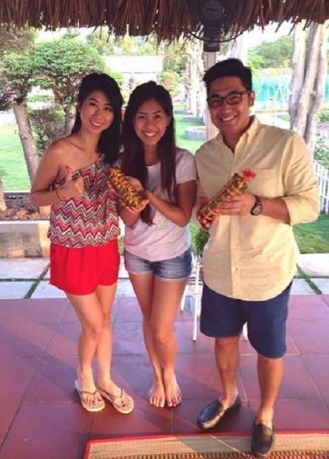 Không những vậy, gia đình chồng Hà Tăng còn tự tay gói bánh tét để ăn Tết.