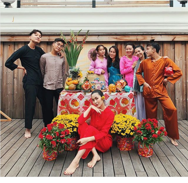 """""""Ngọc nữ""""Hà Tăngdiện áo bà ba đỏ rực trong ngày Tết bên các thành viên trong gia đình dịp cuối năm."""