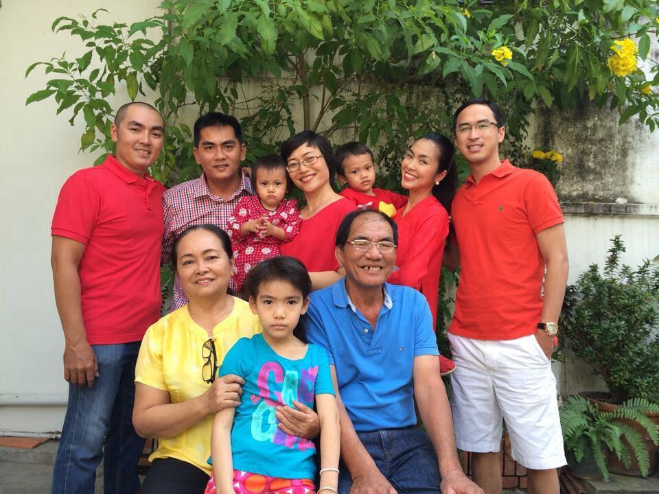 Hà Tăng cùng chồng sum vầy bên gia đình bố mẹ cô.