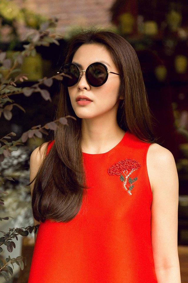 Vào những ngày cận Tết Mậu Tuất, Hà Tăng vẫn xinh đẹp và thanh lịch đi làm tại công ty. Giờ đây cô khá thoải mới hơn trong việc chia sẻ hình ảnh, gout thời trang cá nhân của mình.