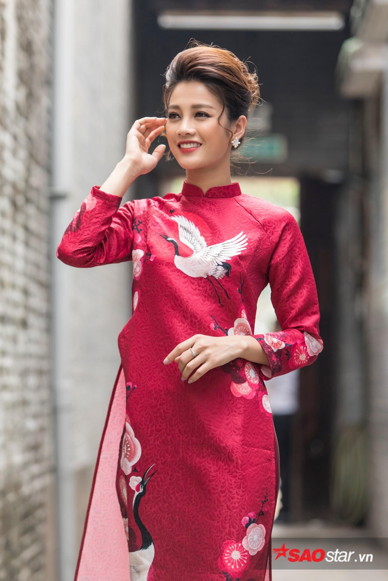 Học trò cưng Lan Khuê diện áo dài đỏ với hoạ tiết chim hạc nổi bật.
