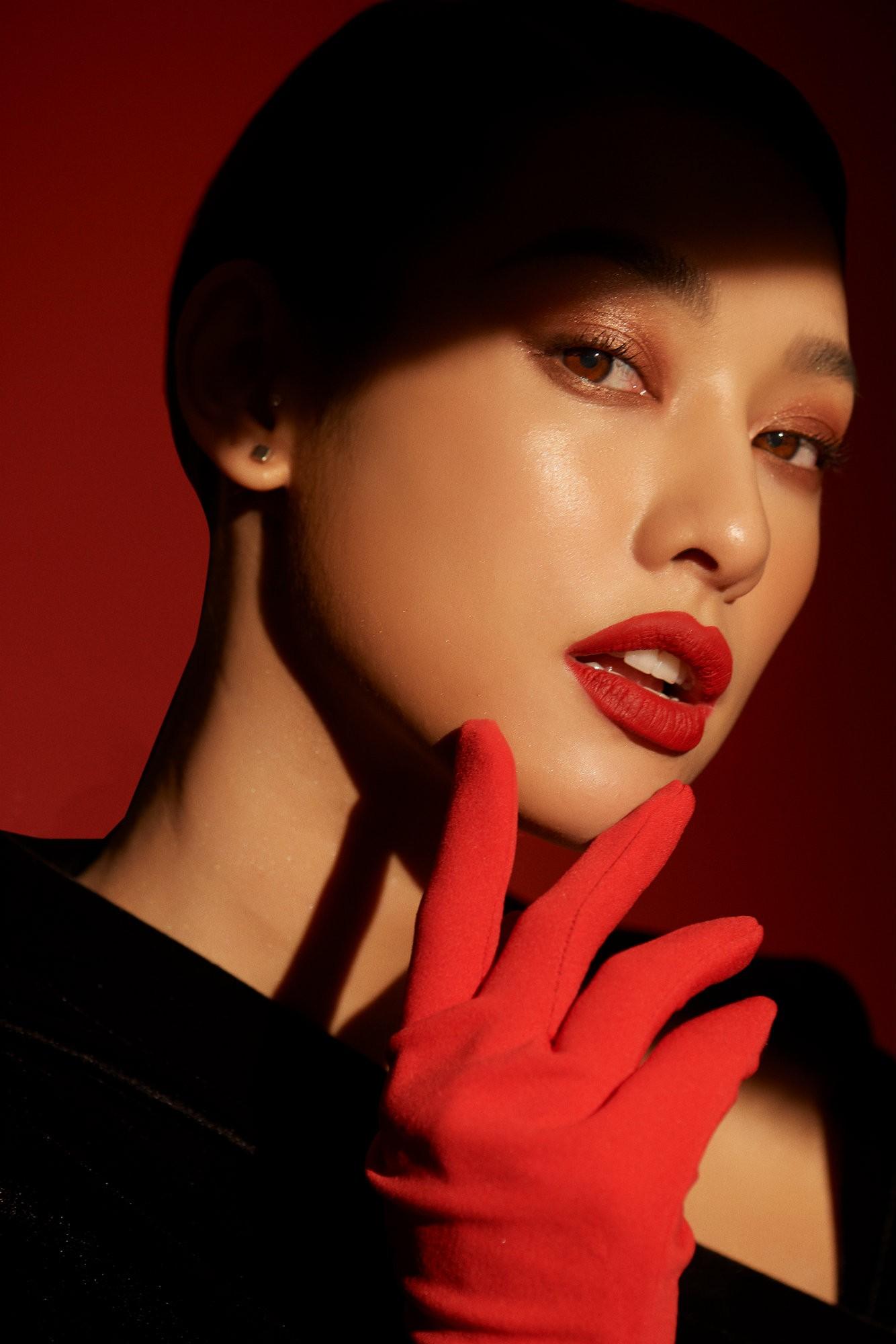 """Luôn là màu son kinh điển nhất trong tất cả các sắc son, son đỏ dù với sắc độ nào đi chăng nữa cũng làm người dùng đến cả người xem """"mê mệt"""".Đỏ luôn là gam màu khiến cho phái đẹp mê mẩn và trong việc make-up cũng vậy, sắc đỏ không chỉ mang lại nét quyến rũ mà các màu son đỏ cũng cực """"nịnh"""" da."""
