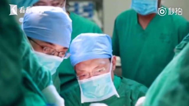 Các bác sĩ tích cực điều trị cho bệnh nhân