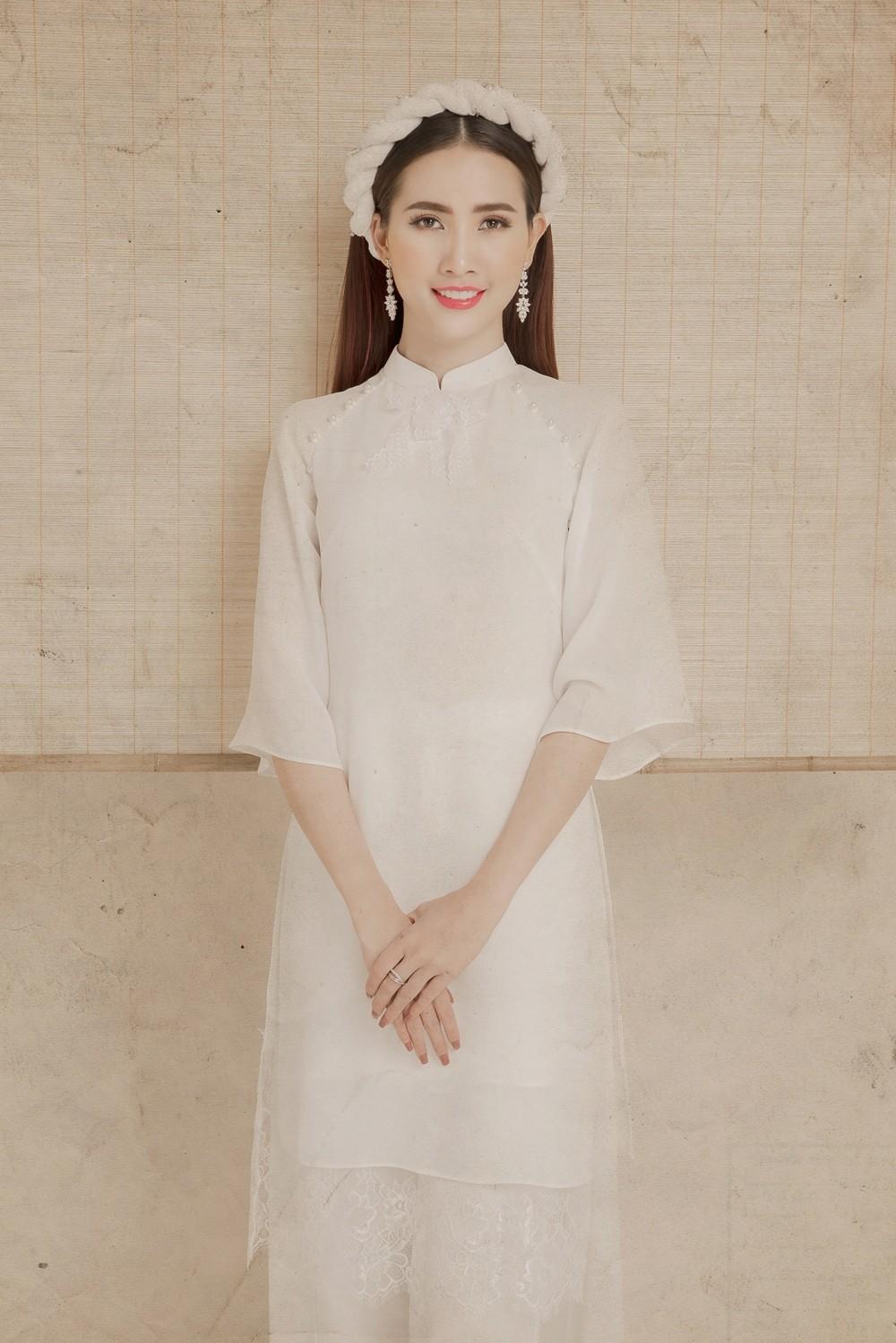 Vốn yêu quý và trân trọng những giá trị văn hoá dân tộc, cho nên ở bộ ảnh mới, cô muốn giữ truyền thống với bộ áo dài bằng lụa nhẹ nhàng.