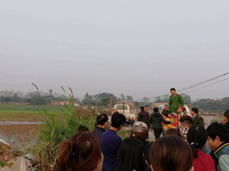 Rất đông người dân và công an có mặt sau khi vụ án mạng xảy ra.
