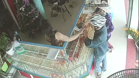 Nguyễn Quang Hải khi đến hỏi mua vàng ở tiệm vàng Phương Loan ẢNH: CẮT TỪ CLIP