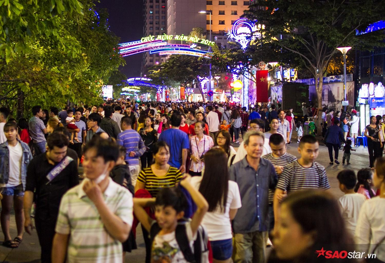 Hàng ngàn người chen chúc trên đường hoa Nguyễn Huệ đêm khai mạc
