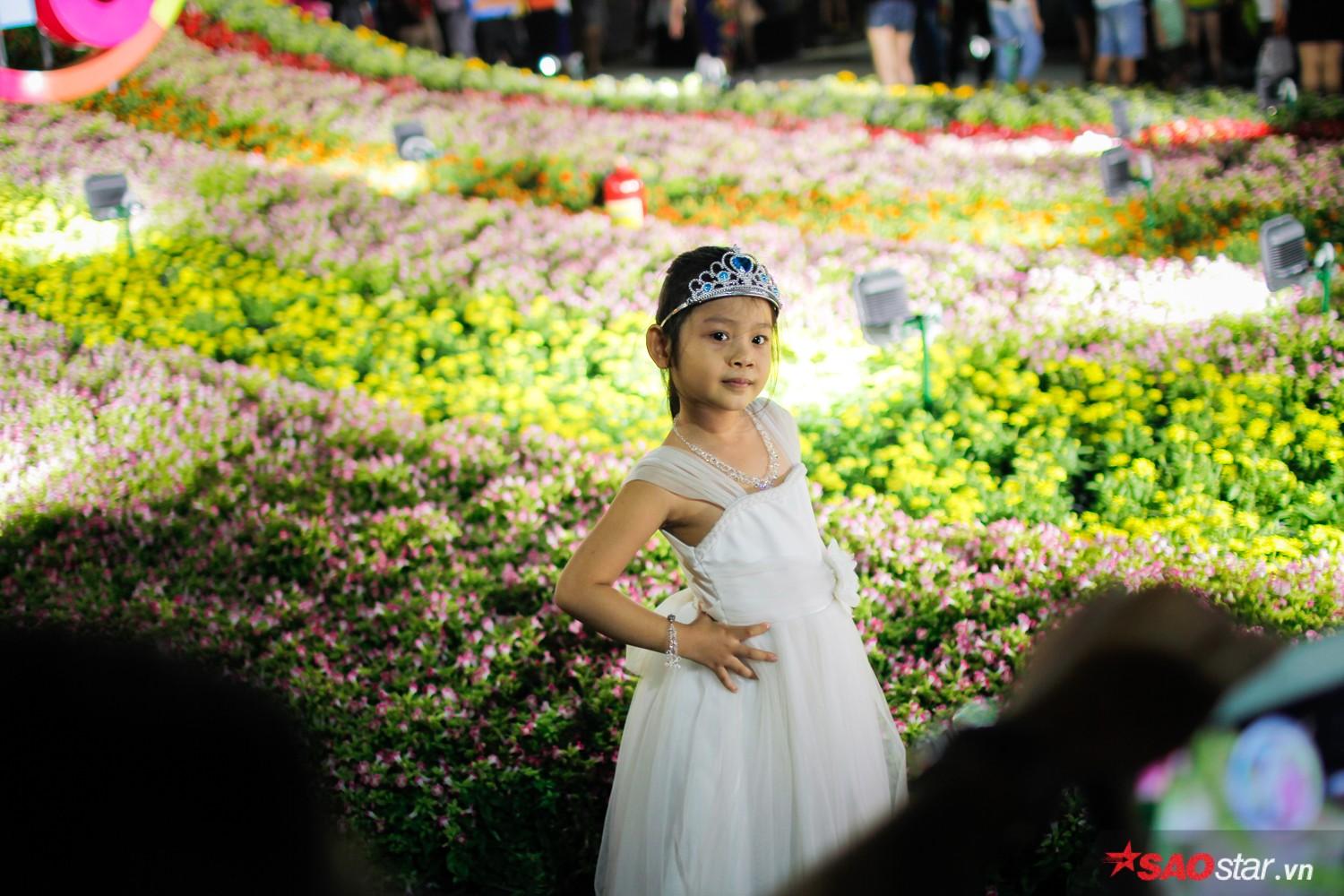Công công chúa nhỏ giữa vườn hoa ngay.